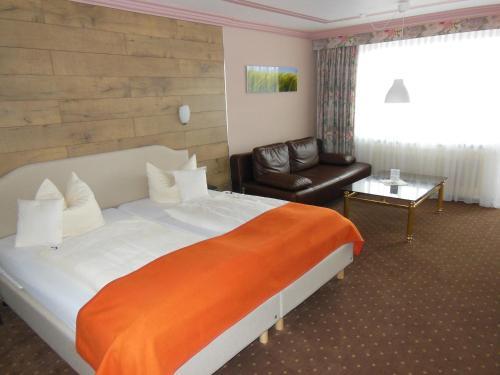 Кровать или кровати в номере Parkhotel Tannenhof