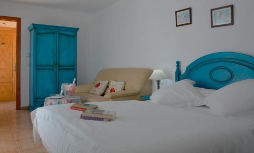 A bed or beds in a room at Hotel Al-Andalus