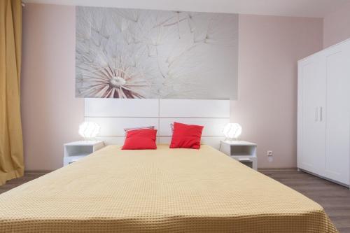 Кровать или кровати в номере EtazhiDaily at Moskovskaya