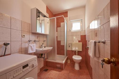 A bathroom at Apartments Vukman Okrug Donji