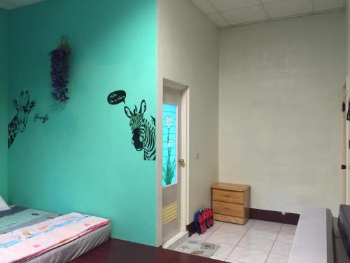 A bed or beds in a room at Sandimen Homestay