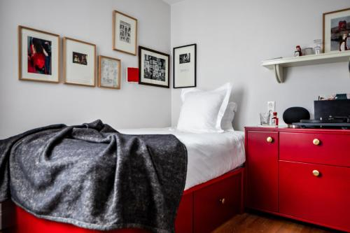 A bed or beds in a room at Le Pigalle Hotel