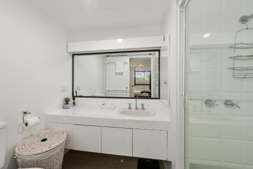 A bathroom at Pacific Towers Beach Resort