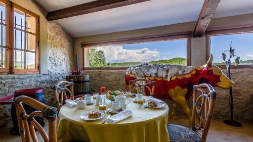 A restaurant or other place to eat at La Tour d'Enguernes