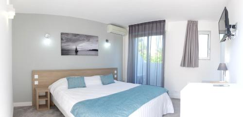 A bed or beds in a room at Hotel La Voile