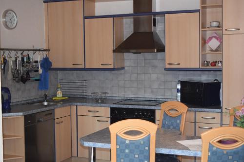 A kitchen or kitchenette at Ferienwohnung Wandelt