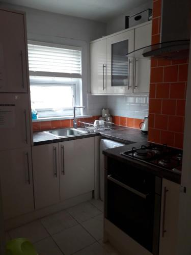A kitchen or kitchenette at Walthamstow Apartment Stay, Near Central London
