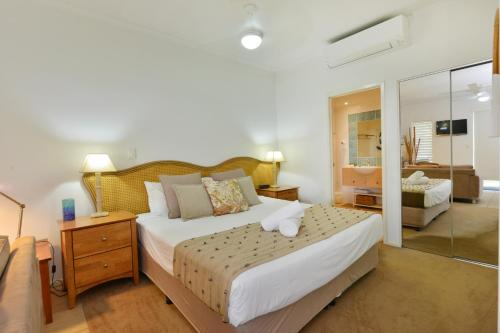 A bed or beds in a room at Seascape Holidays at Portsea