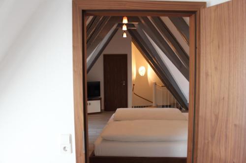 Ein Bett oder Betten in einem Zimmer der Unterkunft Hotel Schmales Haus