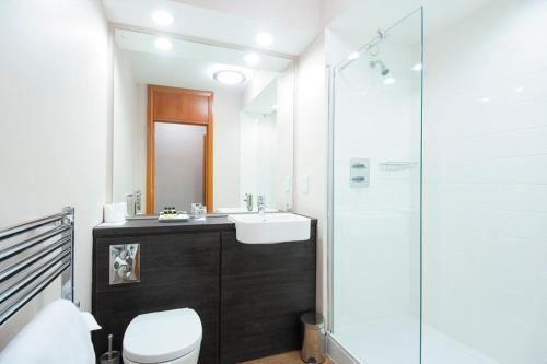 A bathroom at The Cedars Hotel
