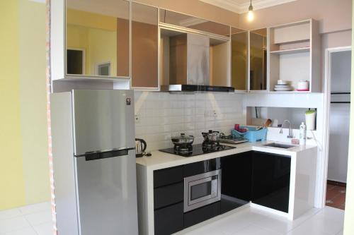 A kitchen or kitchenette at Sanitize 3BR2Bth condo near USM Georgetown