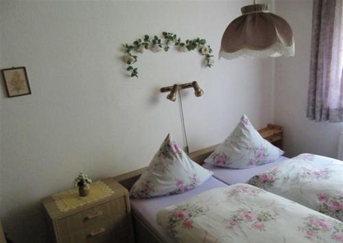Ein Bett oder Betten in einem Zimmer der Unterkunft Ferienwohnungen Wiesenhof