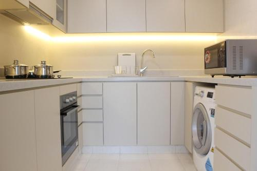 A kitchen or kitchenette at Treetops Executive Residences (SG Clean)