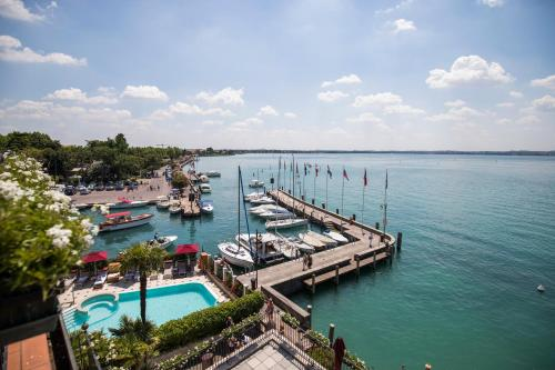 A view of the pool at Hotel Sirmione or nearby