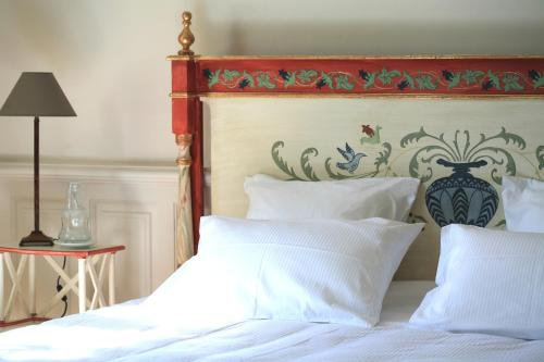 A bed or beds in a room at Le Manoir de La Fieffe