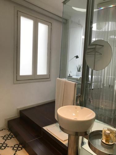 A bathroom at Chic & Basic Born Boutique Hotel