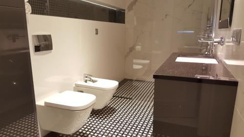 A bathroom at Lake Apartment