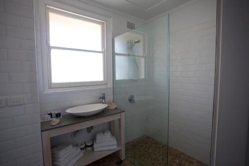 A bathroom at Seabreeze Hotel