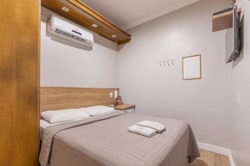 A bed or beds in a room at Hotel Gonçalves- Próximo a Santa Casa de Porto Alegre