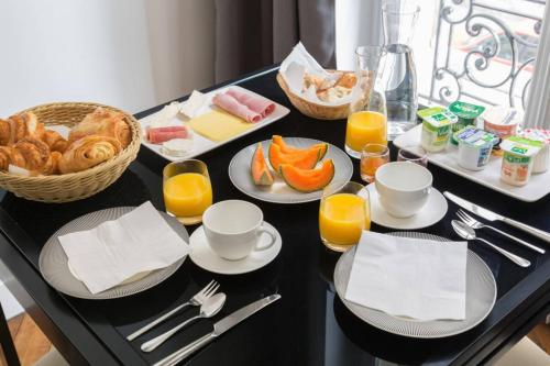 Breakfast options available to guests at Paris Square