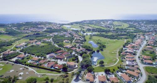 Uma vista aérea de Blue Bay Golf & Beach Resort