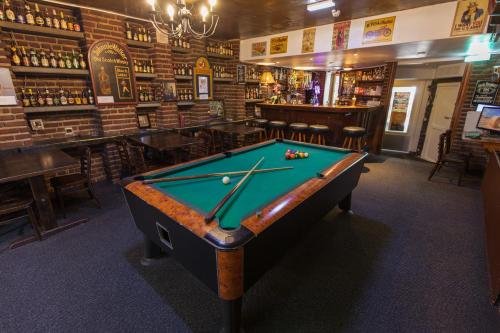 A pool table at Travel Hotel Amsterdam