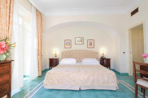 A bed or beds in a room at Hotel Regina Palace Terme