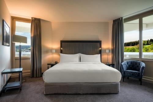 Een bed of bedden in een kamer bij DoubleTree by Hilton Luxembourg