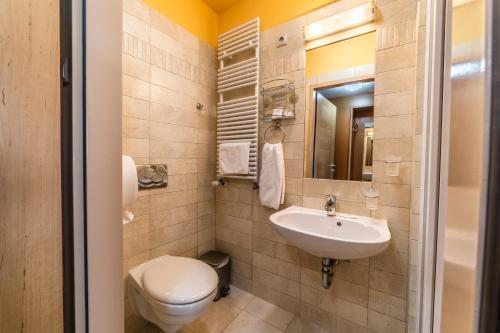 A bathroom at Hotel Szent János