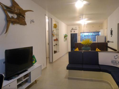 Uma TV ou centro de entretenimento em Marlin Hostel Ilha Grande