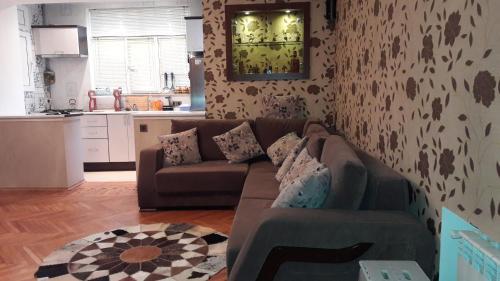 Uma área de estar em Comfortable, close center