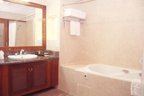 A bathroom at Don Chan Palace Hotel & Convention