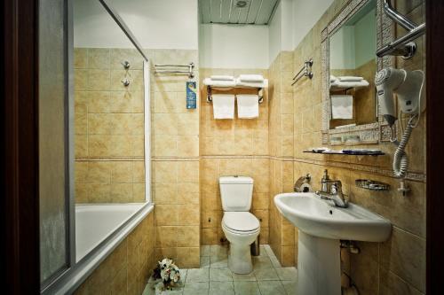 A bathroom at Shelfort Hotel