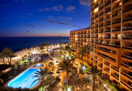 Uitzicht op het zwembad bij Sunset Beach Club Hotel Apartments of in de buurt