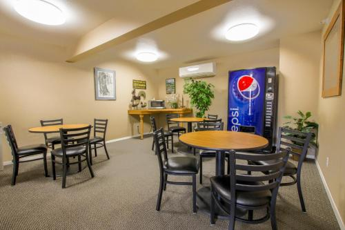 The lounge or bar area at Travelodge by Wyndham Gardiner Yellowstone Park North Entr