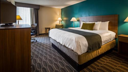 A bed or beds in a room at Best Western Plus Yadkin Valley Inn & Suites