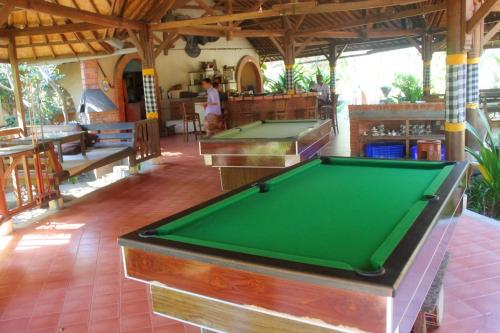 A pool table at Hotel Uyah Amed Spa Resort