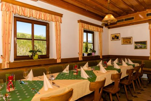 Ein Restaurant oder anderes Speiselokal in der Unterkunft Gasthaus Fiedlwirt