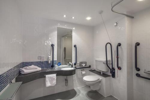 A bathroom at Holiday Inn Express Kettering Corby