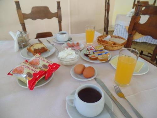 Breakfast options available to guests at Hotel Inomaos