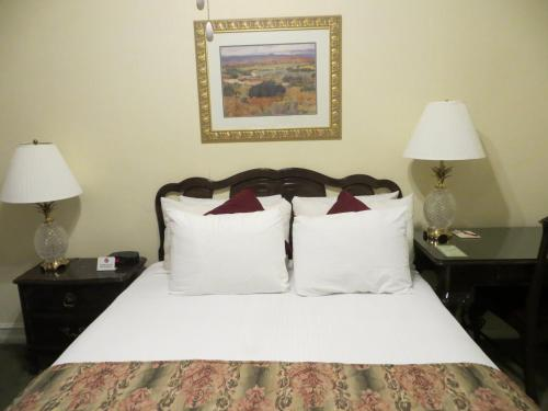 A bed or beds in a room at Hotel San Carlos
