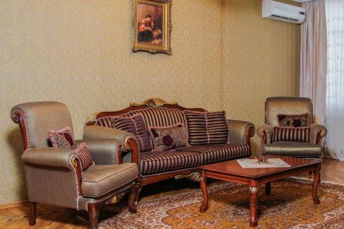 Uma área de estar em Luxurious apartment in the center