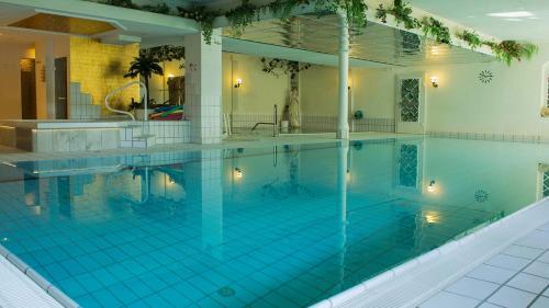 Der Swimmingpool an oder in der Nähe von Ferienhotel Haus Becker
