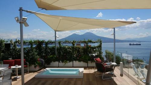 Der Swimmingpool an oder in der Nähe von Grand Hotel Vesuvio