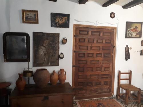Una televisión o centro de entretenimiento en Fonda Del Tozal