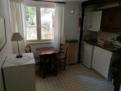 Ett kök eller pentry på Villa Asmodée