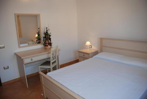 A bed or beds in a room at Li Troni