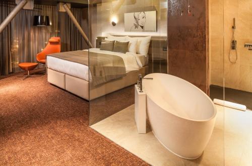 A bathroom at Kronwell Brasov Hotel