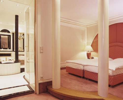 A bed or beds in a room at Savoy Berlin