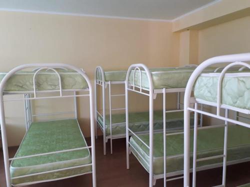 Двухъярусная кровать или двухъярусные кровати в номере Airoport Hotel Anapa